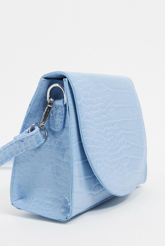 Bandolera azul claro con solapa curvada y diseño de cocodrilo exclusivo de My Accessories London