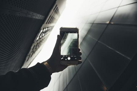 iPhone tomando fotografía a edificios y cielo