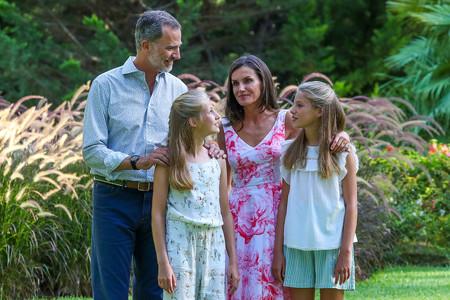 La Reina Letizia elige un favorecedor vestido estampado para el tradicional posado en el Palacio de Marivent con toda la familia