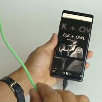 Controlar la música del móvil estrujando el cable de los auriculares: así funciona la última idea de Google