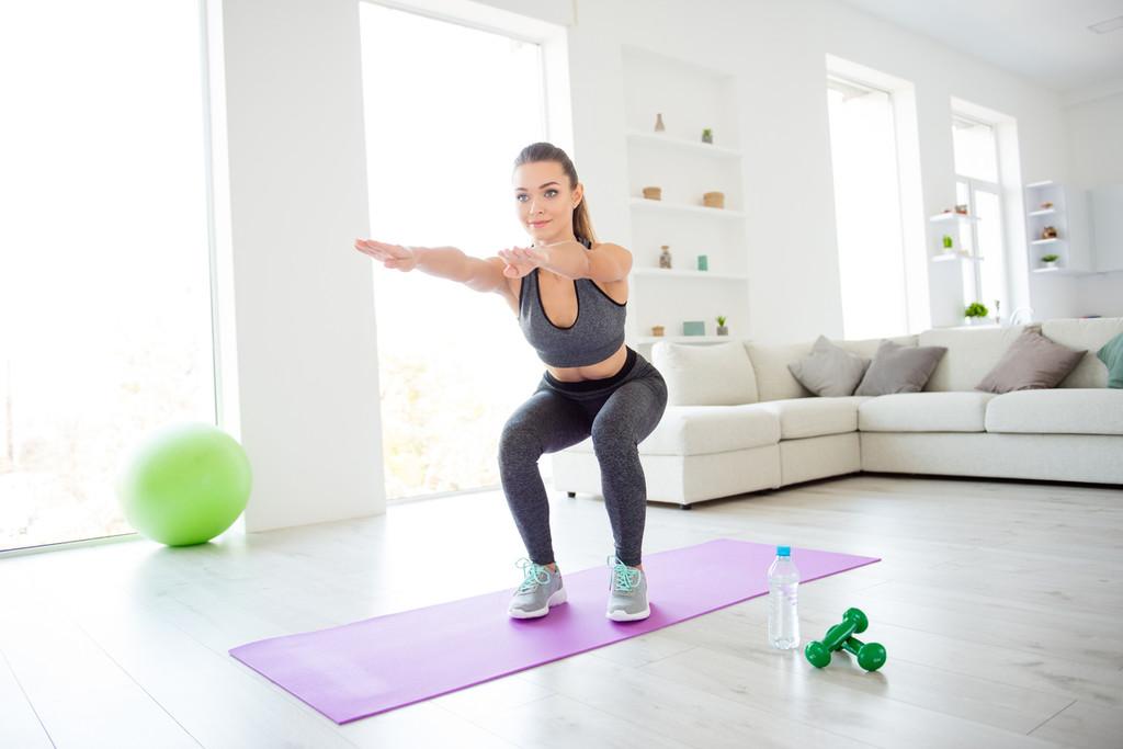 Entrenamiento de fuerza sin pesas: así puedes aumentar tu fuerza en tu salón