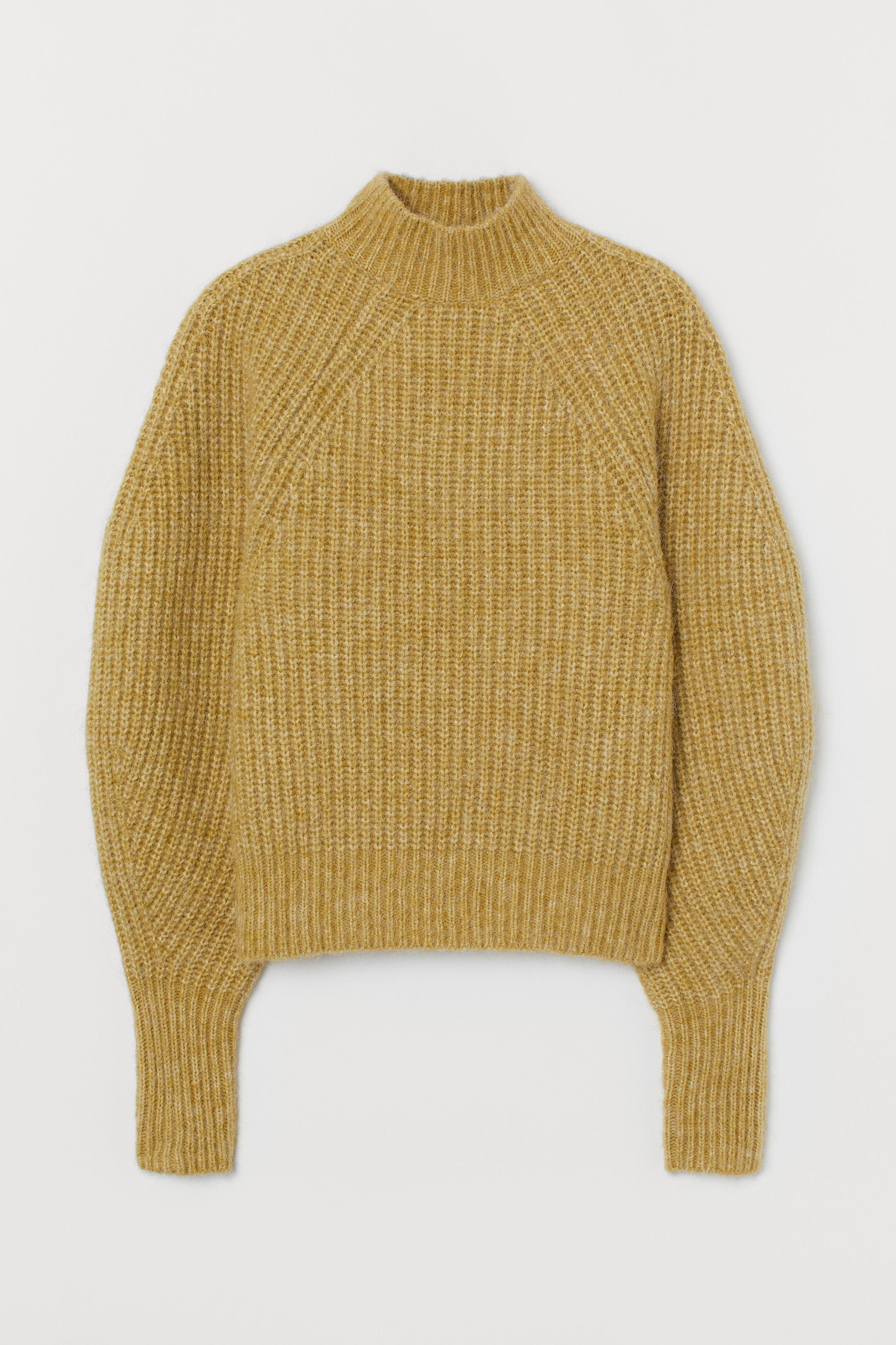 Jersey en punto de canalé suave de mezcla de lana y alpaca con cuello perkins y mangas amplias más ceñidas en los puños. Remate de canalé en puños y bajo. Confeccionado con poliéster reciclado.