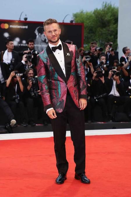 Paolo Stella se rinde ante el color para la premire de 'A Star Is Born' en Venecia