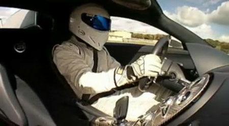 The Stig al volante del Bugatti Veyron en el circuito de Top Gear