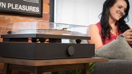 Spinbase es una base de sonido pensada para acompañar a tu giradiscos o a un pequeño televisor