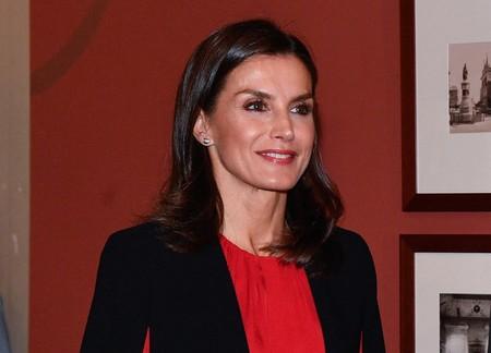 La reina Letizia rescata de su vestidor la capa negra de Zara para combinarla con el rojo, su color fetiche