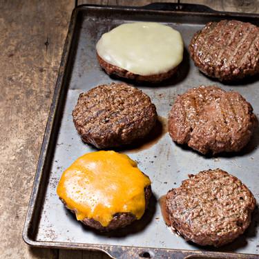 Cómo elegir un buen queso para tu hamburguesa (y ocho variedades que van de maravilla más allá del cheddar)