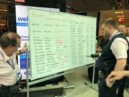 Las pantallas de información del aeropuerto de Gatwick han fallado y unas pizarras blancas las han sustituido