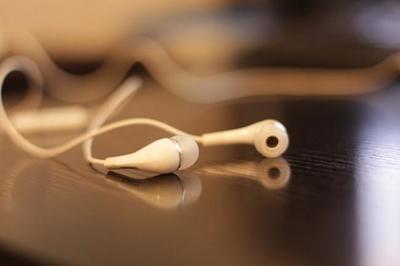 Explicación física: ¿Por qué siempre se enredan los cables de nuestros auriculares en el bolsillo?