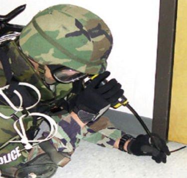 Espía por debajo de la puerta con Flex-i-scope