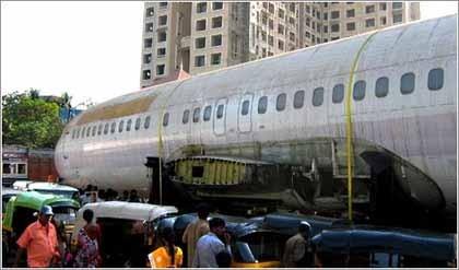 Un avión en plena calle como atracción turística