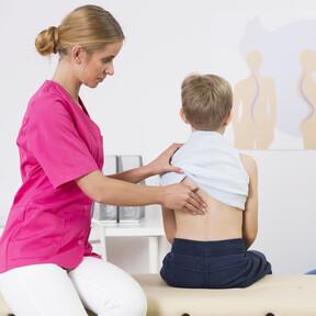 Dolores de espalda en niños y adolescentes: posibles causas, tratamiento y prevención