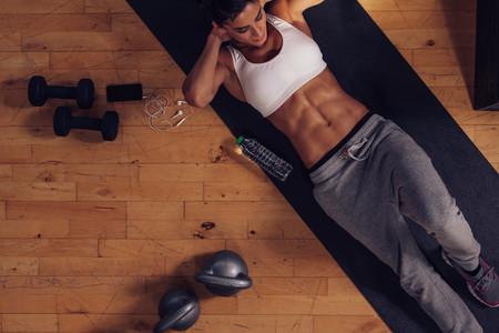 Un entrenamiento de 15 minutos sin material con ejercicios para poner tus abdominales a punto en casa