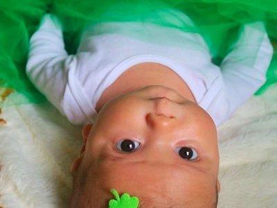 """¿Pegarías un lazo a la cabeza del bebé para """"demostrar"""" que es una niña?"""