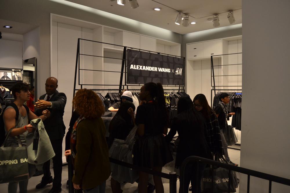 Foto de Alexander Wang x H&M, la colección llega a tienda (Madrid, Gran Vía) (7/27)