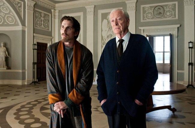 Bruce Wayne y Alfred en 'El Caballero Oscuro: La Leyenda Renace'