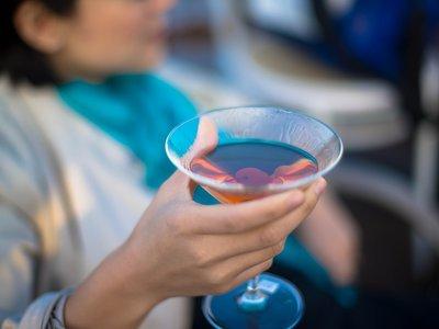 Las copas te hacen parecer más sexy que el vino y la cerveza (pero también más agresivo)