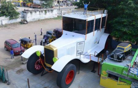 Este Ford Tourer de 8 metros de alto sirve como reclamo en un curioso museo de la India