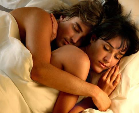 Las parejas más felices duermen en cucharita