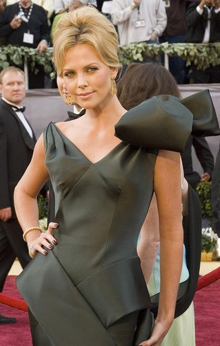 woman-pays-140-000-to-kiss-charlize-theron-2.jpg