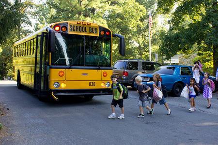 La seguridad del transporte escolar en el entorno de los colegios