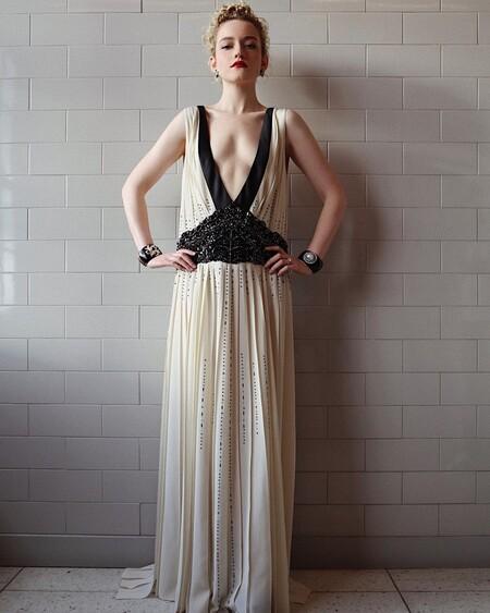 Julia Garner Prada Golden Globes 01
