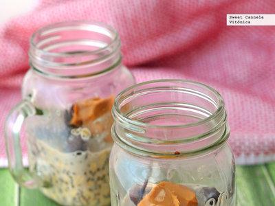 Avena en frasco con cerezas y crema de cacahuate. Receta saludable de desayuno
