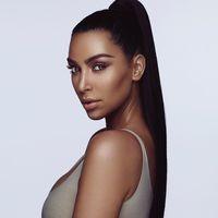 Ya hay primeras imágenes de la colección beauty de Kim Kardashian, y vienen cargaditas de polémica