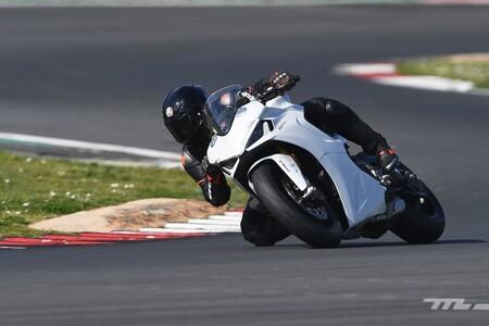 Probamos la Ducati SuperSport 950 S: una moto polivalente de 110 CV que también es solvente en circuito