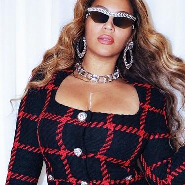 Beyoncé consigue hacer sexy un conjunto de tweed para celebrar su aniversario en Las Vegas