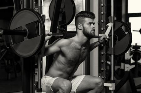 Dale un empujón a tu entrenamiento con estas variantes de sentadillas