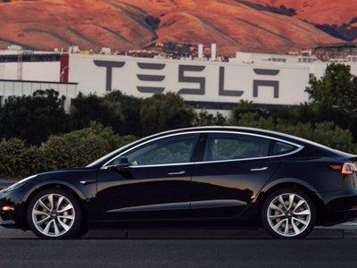 El primer Tesla Model 3 fabricado se deja ver en vídeo