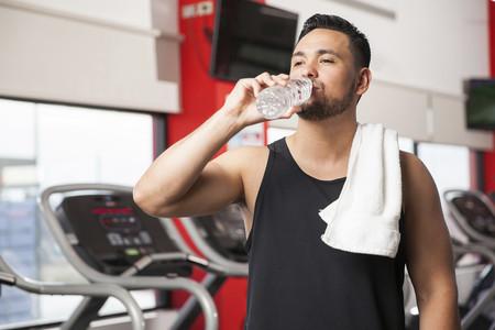 Cerveza, leche, bebidas deportivas... Este estudio te dice qué bebida tiene un mejor índice de hidratación