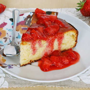 Receta de pastel de queso ricotta y manzana con compota rápida de fresas