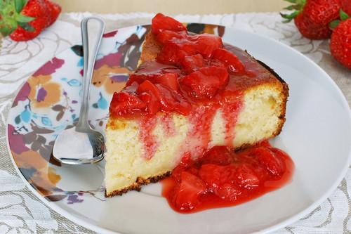 Receta de pastel de queso ricotta y manzana con compota rápida de fresas. Receta
