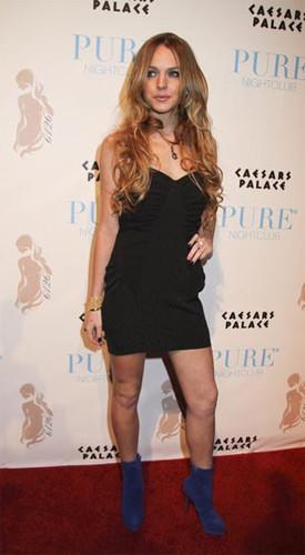 Lindsay Lohan se olvida de los leggins por un momento