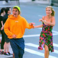 El colorido vestido de flores que ha paseado Hailey Baldwin por las calles de Nueva York es uno de los más geniales del verano