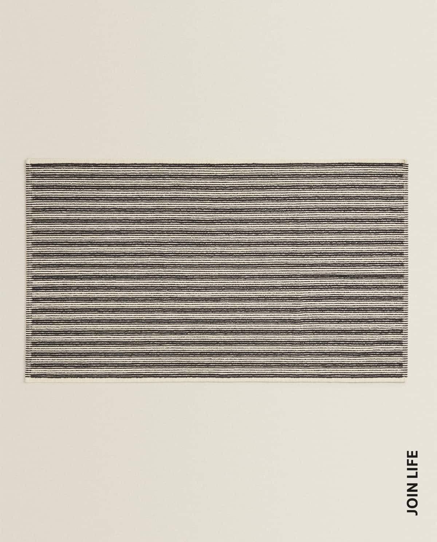 Alfombra de baño de algodón con un delicado diseño a rayas, tamaño XL  de 70 x 120 cms