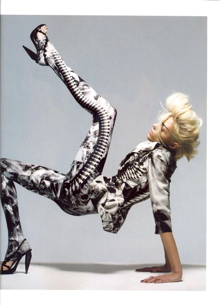 Foto de Vogue UK adelanta la tendencia blanco y negro con Anja Rubik (6/11)