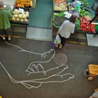 Arte con cinta adhesiva en los suelos de tu ciudad