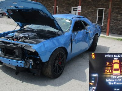 Exterior destrozado, motor intacto: a la venta un Dodge Challenger SRT Hellcat con solo 30 kilómetros