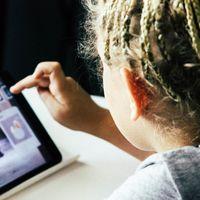 Las obsesión contra las pantallas nos hace ver peligros donde solo hay correlaciones (y eso sí que es problemático)