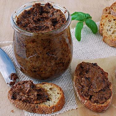 Tapenade de tomates secos con queso de cabra y albahaca: receta fácil (y adictiva) para el aperitivo