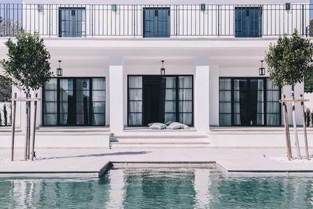 Puertas abiertas: una casa abierta y luminosa de estilo mediterráneo contemporáneo