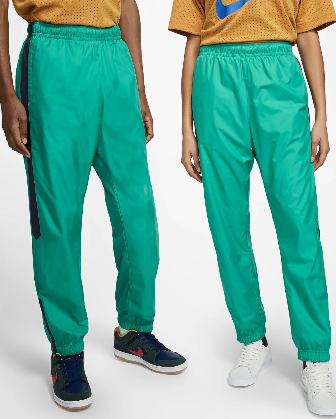 Pantalón deportivo Nike SB Shield que combina un tejido resistente al agua con una silueta ligera y diseñada para el movimiento que permite seguir patinando aunque el tiempo empeore.