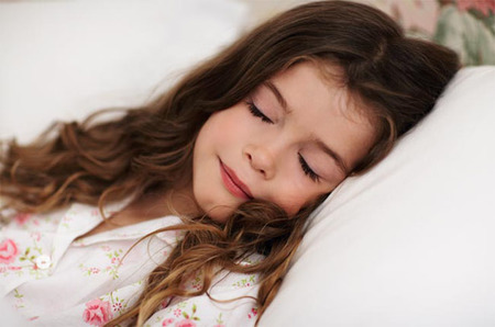 Los niños duermen mejor cuando se van a la cama con sueño