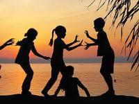 """Tonucci: """"el verbo jugar sólo se conjuga con dejar"""". ¿Dejas que tus hijos tengan experiencias de niños?"""