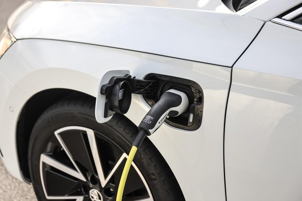 Lío con el Plan MOVES II en Baleares: las ayudas a la compra de coches eléctricos llegan tarde y obligan a achatarrar
