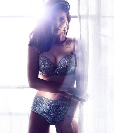 Laetitia Casta brilla como nunca en la nueva campaña de ropa interior de H&M. ¡Arriba el glitter power!