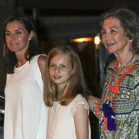 Doña Letizia se decanta por los pantalones más favorecedores del momento en la cena final de la Copa del Rey de Vela